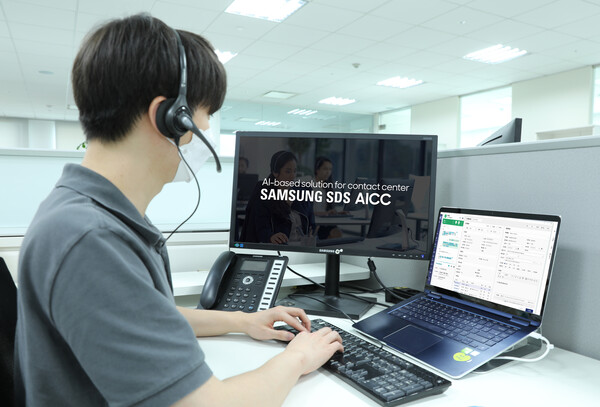 A counselor is consulting with a customer using Samsung SDS AICC [Photo: Samsung SDS]